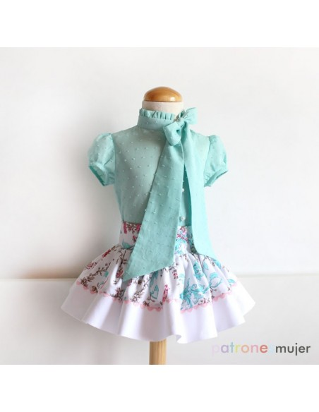 Conjunto de blusa con falda de vuelo.