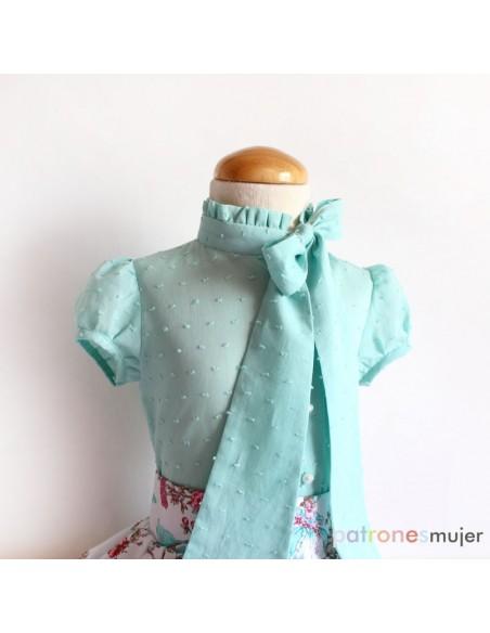 Blusa con lazo en escote.