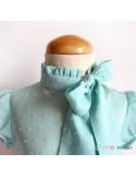 Blusa con lazo en el cuello.