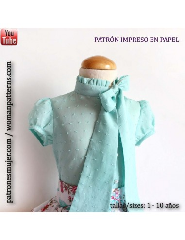 Blouse with bow at the neck.