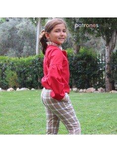 Conjunto de pantalón pitillo y blusa con lazo.