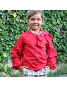 Blusa roja con lazo en escote.